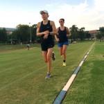 Anne Haug und Hanna Philippin beim Lauftraining auf der Bahn
