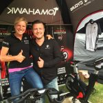 Triathletin Anja Beranek mit ihrem Sponsor Tomahawk