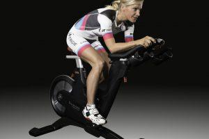 Anja Beranek auf ihrem Tomahak Indoor-Bike