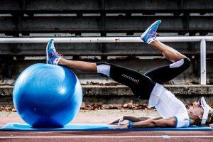Triathletin Celia Kuch beim Rumpftraining