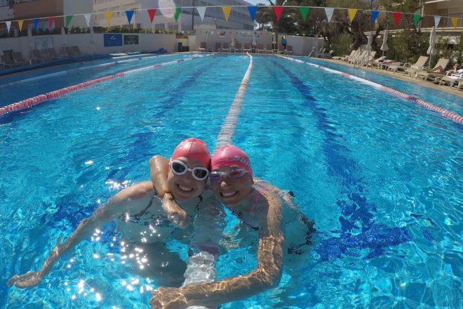 Schwimmtraining im Pool auf Mallorca