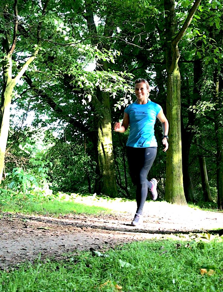 tritime women Botschafterin Anita Horn beim Laufen im Wald