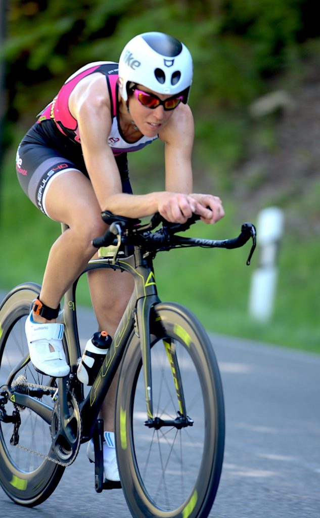 Sigi Mutscheller auf ihrem Triathlon Zeitfahrrad von Fuji