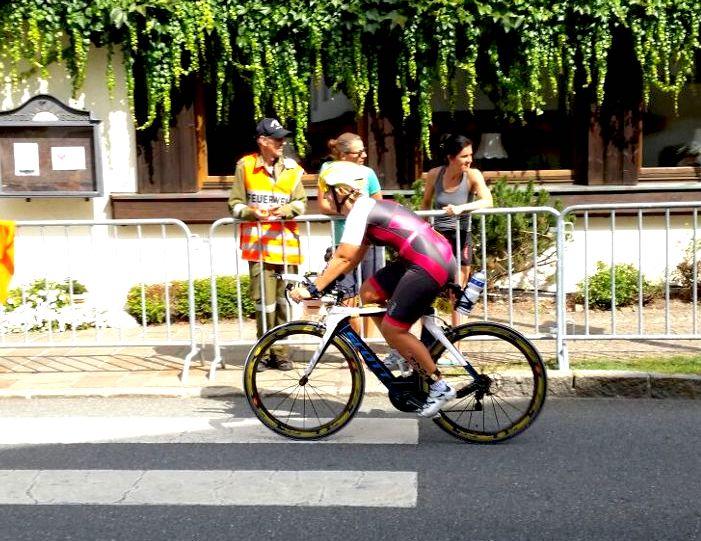 Franziska auf ihrer Triathlonzeitfahrmaschine