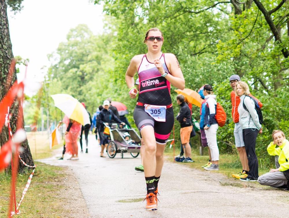 tritime women Botschafterin Judith Mess auf der Laufstrecke des Chiemsee Triathlon