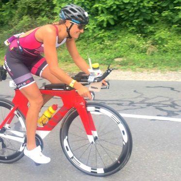 Triathletin Luisa Keller auf ihrer Cervelo-Rennmaschine