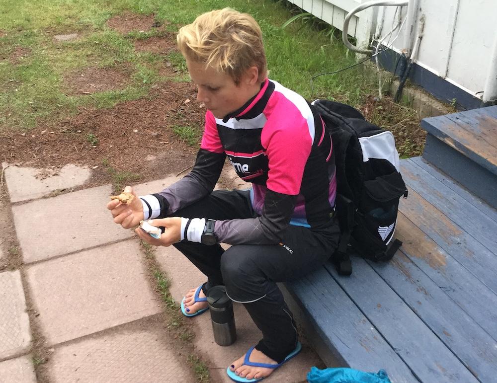 Noch schnell etwas vor dem Ironman-Start essen und zur Ruhe kommen