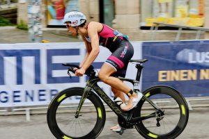 Sigi Mutschllere auf ihrer Triathlonzeitfahrmaschine Fuji Norcom-Straight 1.3