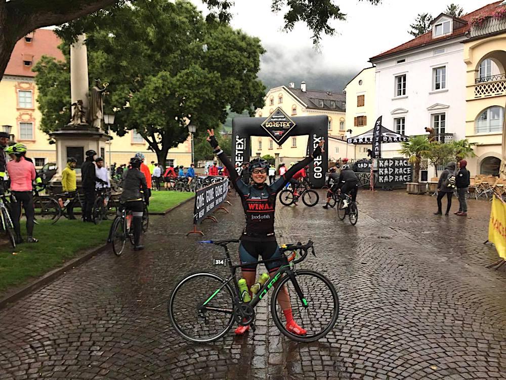 Jenni mit ihrem Cube in Brixen bei der Tour de Friends