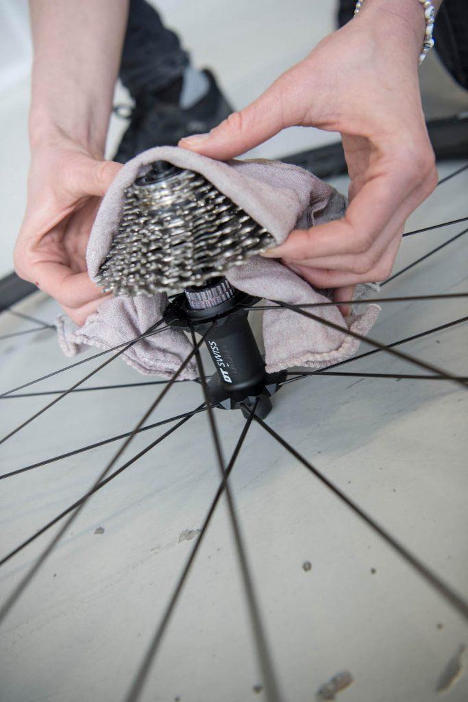 So wechselt man beim Rennrad das Ritzelpaket