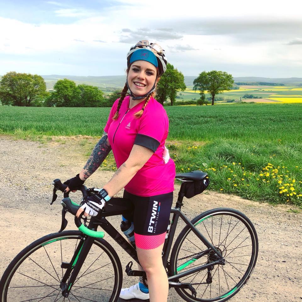 Laura mit ihrem Rad on Tour