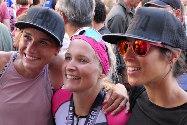 Im Ziel sind Athlet und Supporter glücklich vereint.