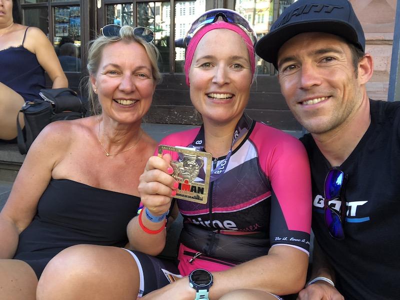 Cathi glücklich am Ziel des Ironman Frankfurt