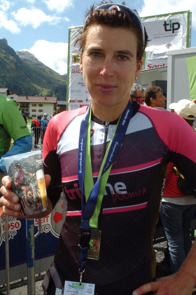 Trans Vorarlberg Triathlon: Sigi Mutscheller freut sich im Ziel über ihren fünften Platz