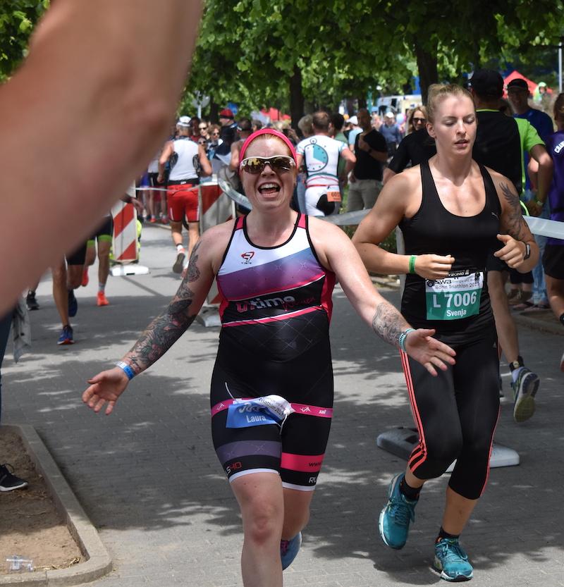 Mit Spaß unterwegs – Laura beim Bonn Triathlon