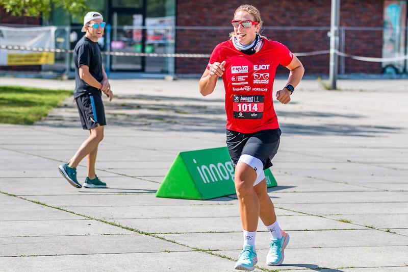 Triathletin Sabine Lischka schwanger beim Laufen
