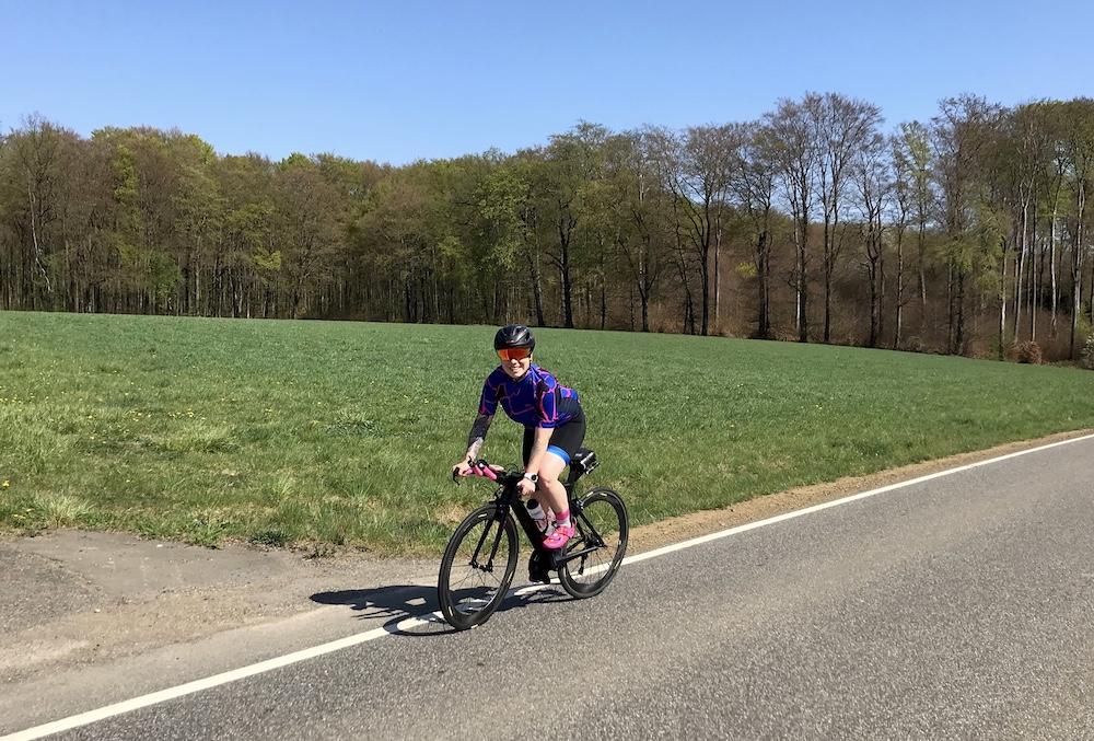 Laura genießt es mit dem Rad die Natur zu erkunden