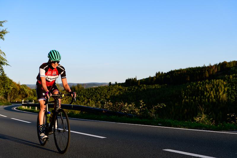 Triathletin Verena Walter bei ihrer Everest-Challenge auf dem Fahrrad