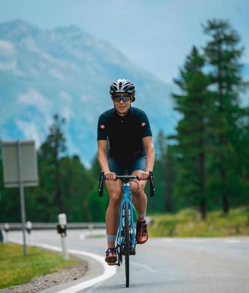 Julia Lange auf dem Rennrad in den Bergen
